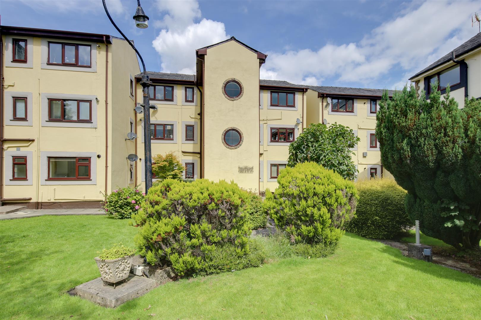 2 Bedrooms Flat for sale in Sizehouse Village, Haslingden, Rossendale